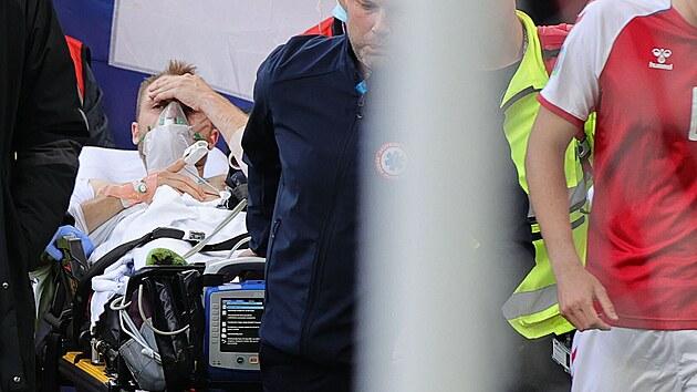 Christian Eriksen opouští hřiště poté, co se záchranářům povedlo jej oživit.