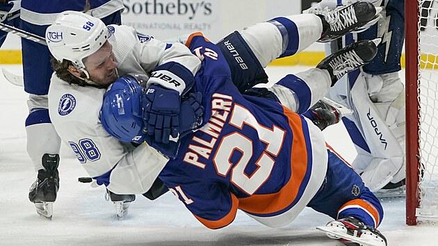 Zápasnickı souboj mezi Michailem Sergačevem (vlevo) z Tampy Bay a Ottou Koivulou z New York Islanders.