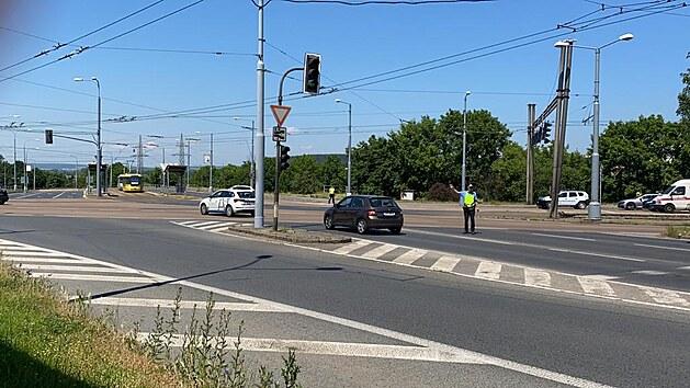 Kvůli úniku nebezpečnıch látek v objektu firmy v Plzni na Skvrňanech, která se zabıvá likvidací průmyslovıch kalů, policisté uzavřeli v jejím okolí dopravu. (18. června 2021)