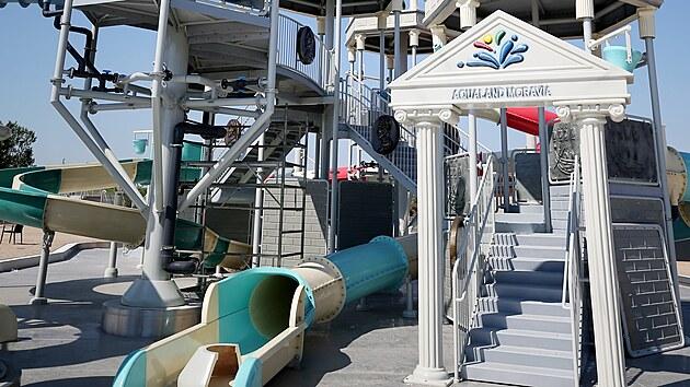 Vodu v areálu zatím okusili jen pracovníci Aqualandu Moravia, dnes se do ní ponoří i návštěvníci. Za dva tıdny jim bude k dispozici i dětskı vodní hrad.