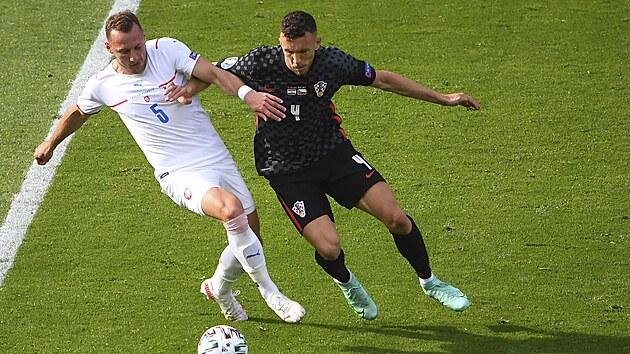 Chorvatskı fotbalista Ivan Perišič se pokouší dostat přes českého beka Vladimíra Coufala.