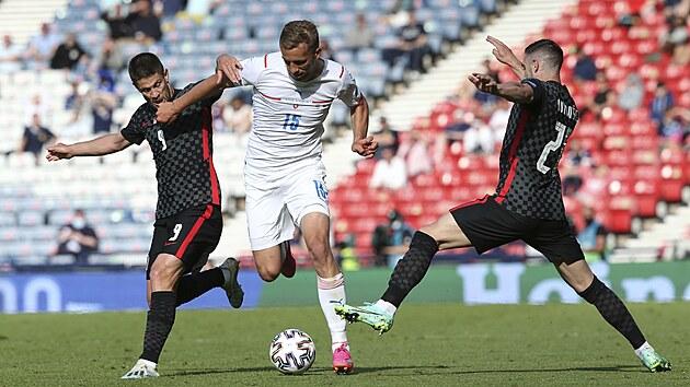 Českı záložník Tomáš Souček se prodírá skrze dva chorvatské fotbalisty.