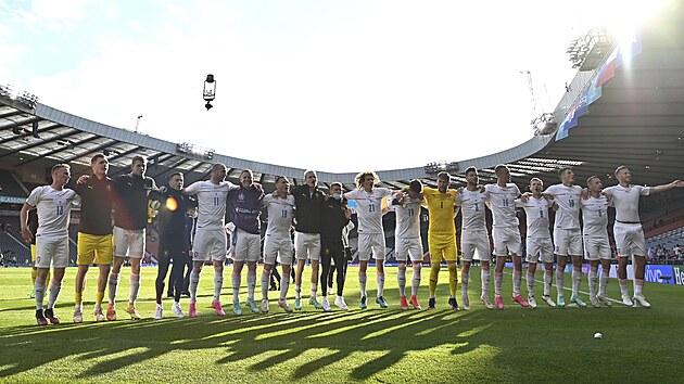 Čeští fotbalisté po remíze 1:1 s Chorvatskem dovádějí s fanoušky, kteří je dorazili podpořit přímo do glasgowského Hampden Parku.