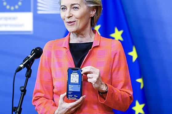 Předsedkyně Evropské komise Ursula von der Leyenová ukazuje evropskı digitální...