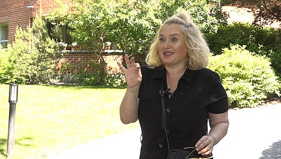 Herečka a moderátorka Miluška Bittnerová ukazuje obsah své kabelky.