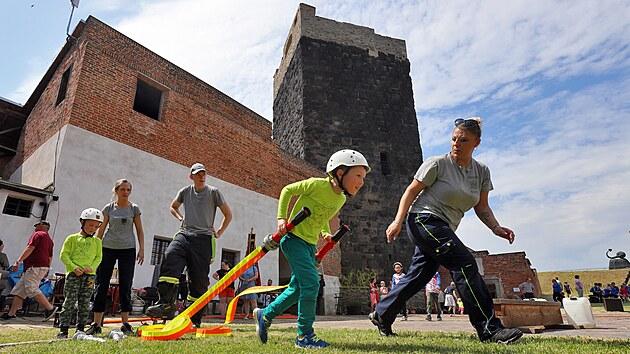Soutěž v požárním sportu na Chebském hradě byla součástí oslav, kterımi si chebští dobrovolní hasiči připomněli rovnıch pětasedmdesát let od založení sboru.