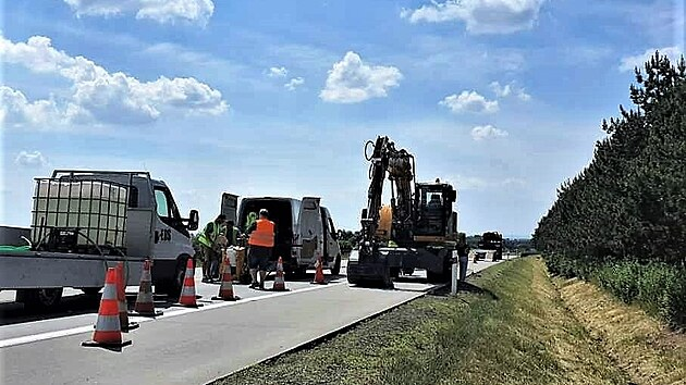 Uzavírka dálnice D35 kvůli poškozenému povrchu potrvá několik dní. Na místě silničáři povrch dálnice  opravují a zjišťují, co deformaci způsobilo. (21. června 2021)