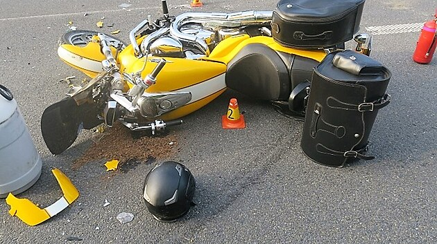 Motorkář se snažil před hrozící srážkou zabrzdit a zastavit, což se mu ovšem nepodařilo. Spadl a narazil do levého zadního kola návěsu. (20. června 2021)