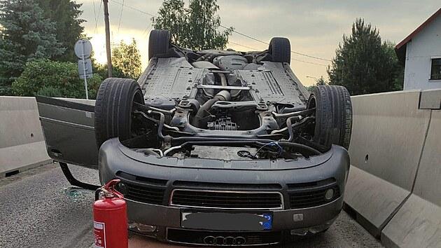 Auto skončilo po nehodě na střeše.