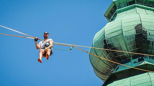 Slacklajneři předváděli své umění nad střechami historického centra Českého Krumlova.