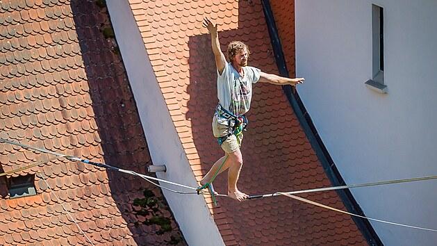 Tomáš Valenta přešel v Českém Krumlově 250 metrů dlouhou slacklajnu ze zámecké věže na vyhlídku u pátého nádvoří.