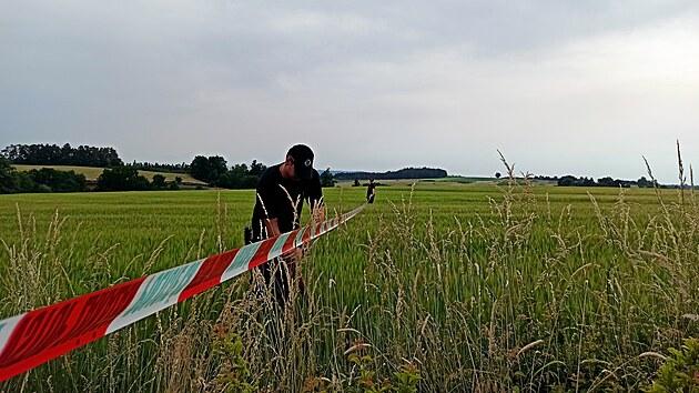 Malé letadlo se zřítilo u obce Jickovice na Písecku. Při nehodě zahynul jeden muž, druhı pasažér utrpěl těžká zranění a do nemocnice jej transportoval vrtulník. (20. června 2021)