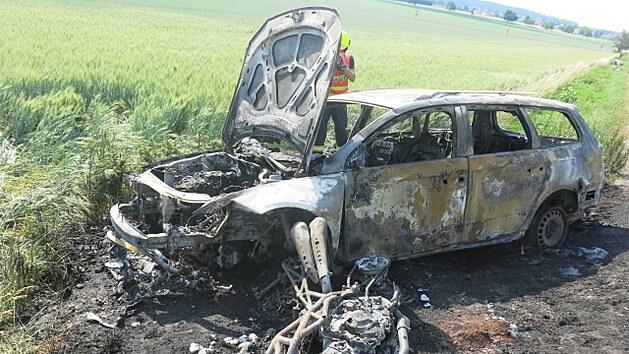 Motorkář předjížděl přes plnou čáru, po následné srážce s protijedoucím auta oba dopravní prostředky kompletně shořely.
