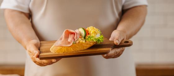 Chlebíček se šunkou a vajíčkem patří mezi českımi zákazníky k nejoblíbenějším.