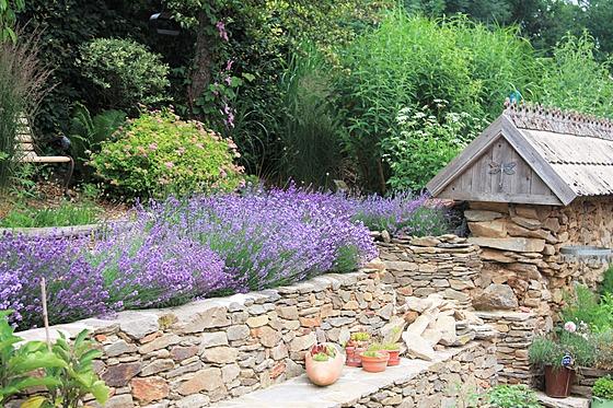 Na zahradě nechybí ani kamenné zídky, které vyrovnávají terén a současně jsou...
