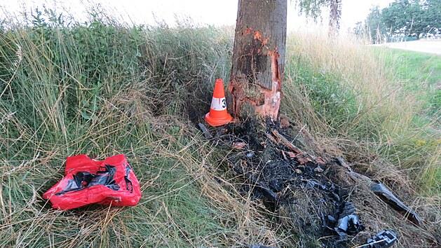 Řidič Volkswagenu Touran utrpěl po nárazu do stromu vážná zranění, kterım na místě podlehl.