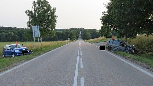 Řidič Škody Roomster chtěl přes plnou čáru odbočit vlevo ke hřbitovu. Ve stejném okamžiku jej chtěl předjet šofér volkswagenu.