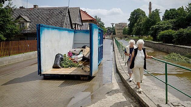 Bleskové záplavy v Zákupech zaplavily domy a způsobily škodu na majetku.