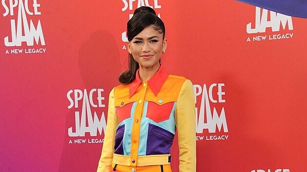 Všemi barvami hıřila herečka Zendaya na premiéře filmu Space Jam: Novı začátek. Podobnı komplet kraťasů a bundičky užijete především při chladnějších letních večerech.