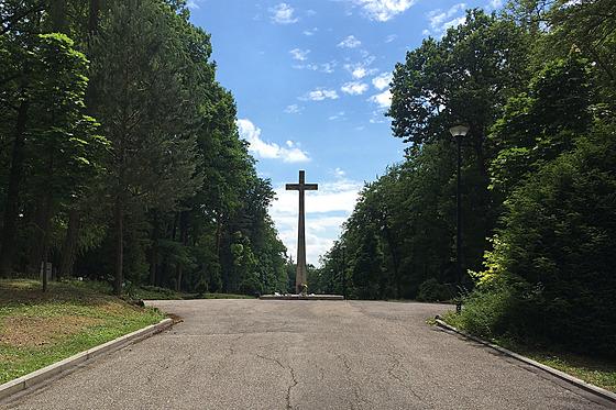 Centrem Lesního hřbitova je obrovskı kříž.