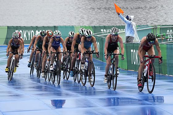 Triatlonistky na cyklistickém úseku olympijského závodu.