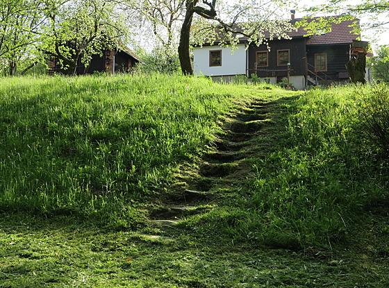 Zahrada je ve svahu, což jí dává příjemnou dynamiku.