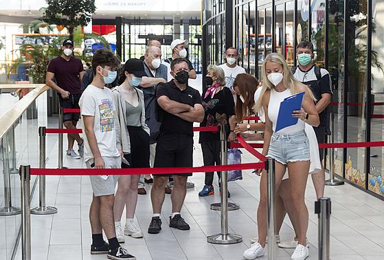 V nákupním centru v Olomouci se otevřelo první očkovací centrum bez nutnosti...