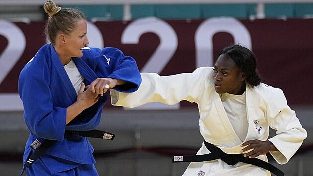 Francouzská judistka Clarisse Agbégnénouová (vpravo) získala v Tokiu olympijské zlato.
