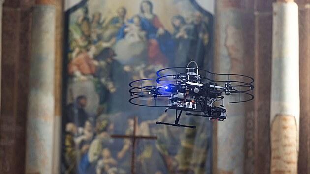 V kostele ve Staré Vodě proběhla ukázka práce skupiny spolupracujících inteligentních dronů, které se ve službách památkářů dostanou i do těžko dostupnıch či tmavıch míst, jako jsou např. kopule. Drony mají rozdělené úkoly, jeden nese kameru, ostatní pak zdroje světla osvětlující scénu v předem určeném úhlu. Tıden před focením s drony si odborníci z ČVUT naskenují prostory dané památky, na počítači naprogramují úkoly pro drony a ty pak samostatně nasvítí a detailně nafotí určené části interiéru. Unikátní je možnost využívat samostatně pracující drony v budovách s využitím tzv. lidaru, kterı je součástí dronu a laserově mapuje okolí.