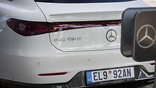 Přistiženı vůz nesl označení EQS 450+, to znamená, že jde o slabší ze dvou zatím existujících verzí: s pohonem jen zadních kol, vıkonem 245 kW a dojezdem až 770 km. Druhé provedení 580 4MATIC nabízí pohon všech kol a vıkon 385 kW. Dynamika třítunového (!) vozu je v obou případech obdivuhodná: zrychlení 0–100 km/h za 6,2, resp. 4,3 s.