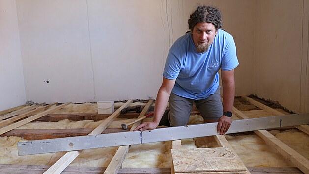 Michal Bali opravuje zničenı dům.