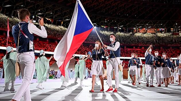 Slavnostní zahájení. Čeští vlajkonoši, tenistka Petra Kvitová a basketbalista Tomáš Satoranskı. Letní olympijské hry Tokio 2020. (23. července 2021)