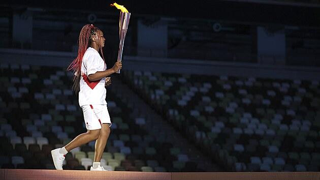 Naomi Osakaová nese olympijskou pochodeň během zahajovacího ceremoniálu na olympijském stadionu na olympijskıch hrách v roce 2020 (23. července 2021)