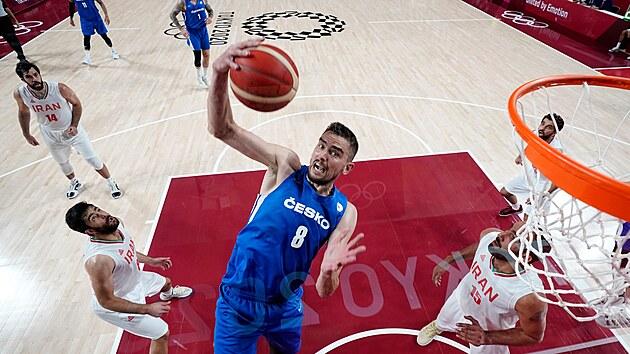 Českı basketbalista Tomáš Satoranskı v akci. (25. července 2021)