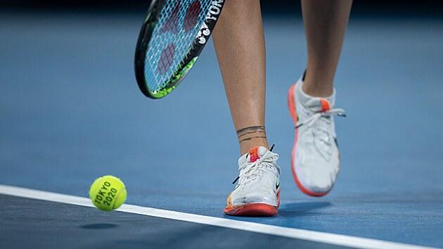Markéta Vondroušová v osmifinále zaskočila domácí hvězdu Naomi Ósakaovou a zvítězila 6:1, 6:4. (27. července 2021)
