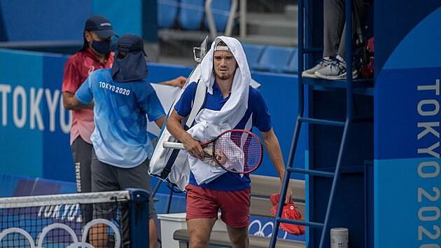 Tomáš Macháč jedinı českı zástupce v mužské dvouhře zkouší zaskočit osmého nasazeného Diega Schwartzmana z Argentiny. Tenisovı program v Tokiu nabourává počasí, které nejprve o hodinu odložilo začátky zápasů na venkovních kurtech, poté je i přerušilo.  (27. července 2021)