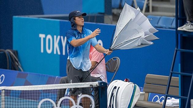 Tenisovı program v Tokiu nabourává počasí, které nejprve o hodinu odložilo začátky zápasů na venkovních kurtech, poté je i přerušilo.  (27. července 2021)