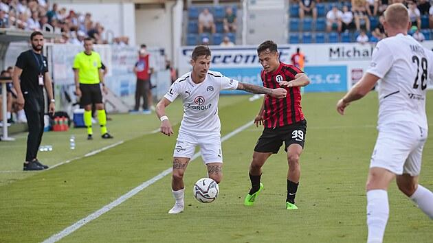 Milan Petržela ze Slovácka si kryje míč v utkání s Lokomotivem Plovdiv.