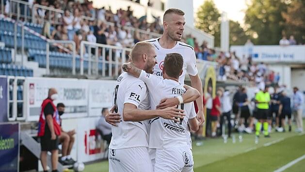 Fotbalisté Slovácka se radují z branky v Evropské konferenční lize.