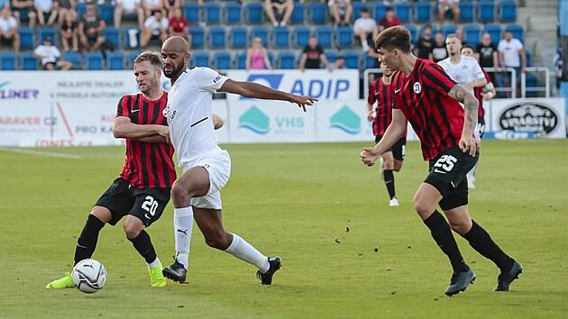 Rigino Cicilia ze Slovácka (v bílém) se přetlačuje o míč s hráči Lokomotivu Plovdiv.