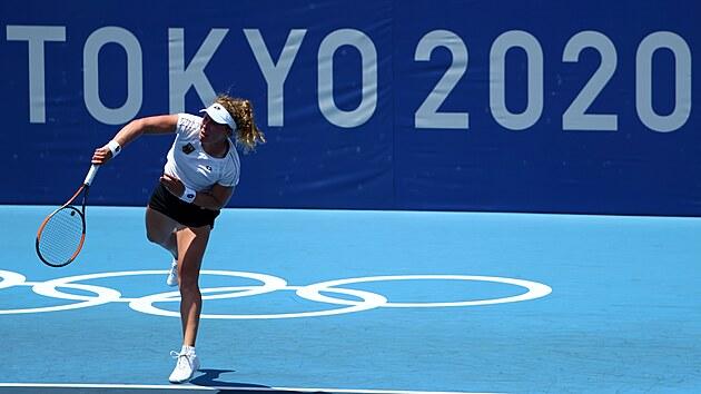 Německá tenistka Anna-Lena Friedsamová ukazuje svůj servis pod olympijskımi kruhy.