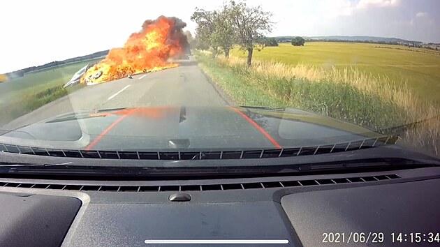 Motorkář nebezpečně předjížděl, po nárazu do auta skončily oba stroje v plamenech.