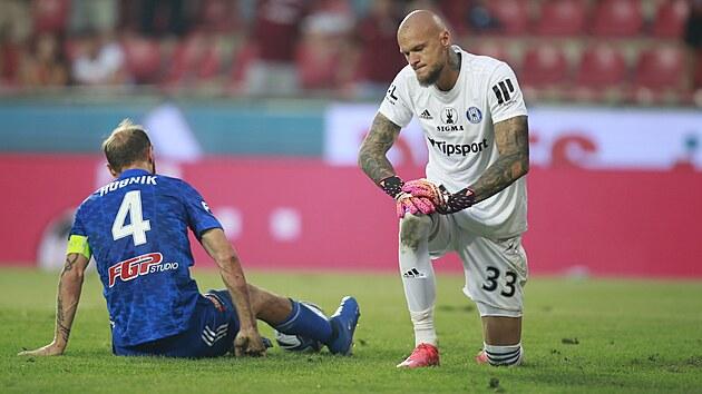 Zklamaní brankář Matúš Macík a kapitán Roman Hubník z Olomouce po inkasovaném gólu na Spartě.