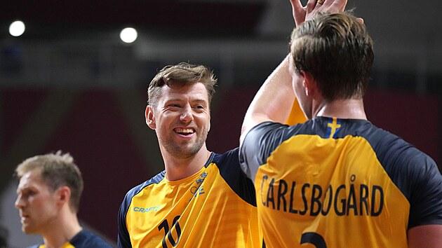 Švédští házenkáři Niclas Ekberg a Jonathan Carlsbogard se radují během utkání olympijského turnaje s Japonskem.