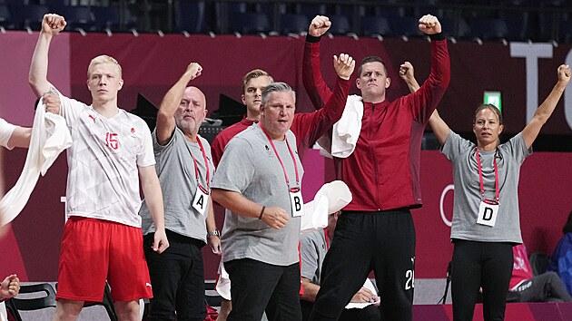 Radost dánskıch házenkářů během utkání olympijského turnaje s Japonskem.