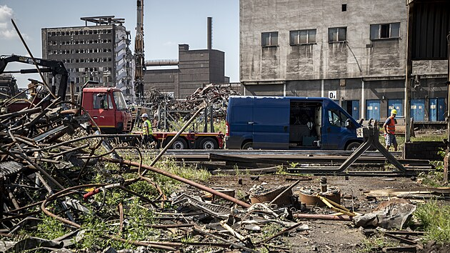 Na místě někdejší ocelárny společnosti Vítkovice Steel zůstaly jen trosky a suť. Prodej starého železa zaplatí demolici. (21. července 2021)