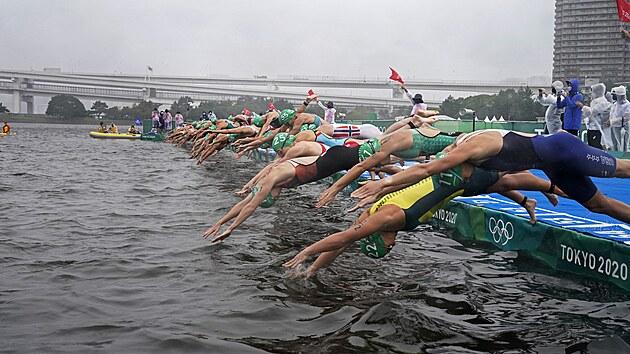 Start olympijského triatlonového závodu žen.