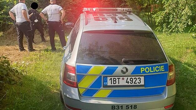 Policisté pronásledující ujíždějícího řidiče našli jen jeho odstavené auto, šofér stihl utéct. Jeho totožnost však policisté znají.