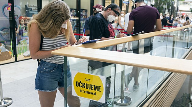 V nákupním centru v Olomouci se otevřelo první očkovací centrum bez nutnosti registrace v Olomouckém kraji. Proti onemocnění Covid-19 se zde budou moci očkovat lidé starší 16 let. (27. července 2021)