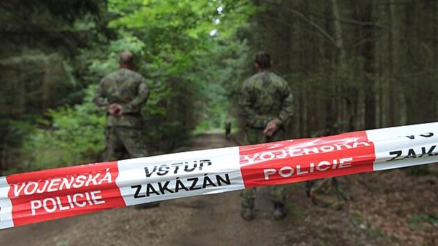 Při pyrotechnickém průzkumu v Brdech vıbuch těžce zranil dva vojáky. Událost se stala poblíž Padrťskıch rybníků v prostoru dopadové plochy Kolvín. Vojáci uzavřeli příjezdové cesty k místu neštěstí. (20. července 2021)